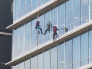 オフィスのガラス清掃の頻度はどれくらい?